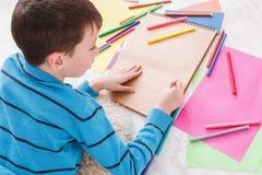 Милая притяжка мальчика, писать письмо к santa, ожидание для рождества Стоковое Изображение RF