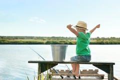 Милая рыбная ловля мальчика на летний день Стоковое фото RF