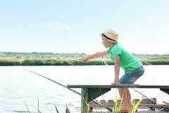 Милая рыбная ловля мальчика на летний день Стоковые Фотографии RF