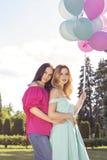 Милая сексуальная шикарная кавказская женщина в чувственных платьях на девушки Стоковая Фотография