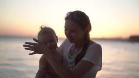 Милая семья - мать и маленький ребенок трясут их руки в замедленном движении видеоматериал
