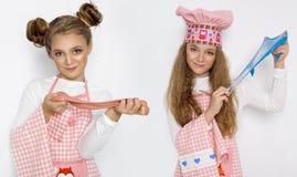 Милая смешная девушка с шламом в кухне Девушка варит и печет ее булочки, делает торт и шлам стоковое изображение