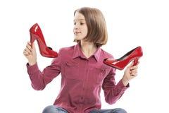 Милая смеясь предназначенная для подростков девушка с ботинками ее матери стоковые изображения