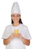 милая стеклянного сока девушки кашевара померанцовая Стоковые Изображения