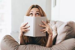 Милая сторона заволакивания дамы с книгой Стоковое фото RF