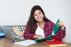 Милая студентка подготавливая для экзамена Стоковая Фотография RF