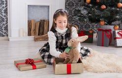 Милая счастливая девушка с подарками на рождество игрушки Стоковые Фото