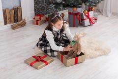 Милая счастливая девушка с подарками на рождество игрушки Стоковое Изображение