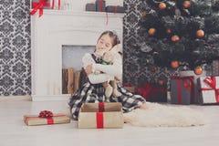 Милая счастливая девушка с подарками на рождество игрушки Стоковые Фотографии RF
