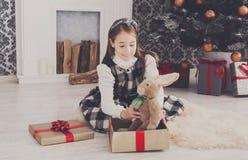Милая счастливая девушка с подарками на рождество игрушки Стоковая Фотография RF