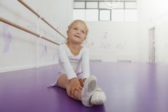 Милая счастливая маленькая балерина работая в танцуя школе стоковые фотографии rf
