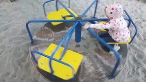 Милая счастливая маленькая девочка играя на веселом идет круг сток-видео