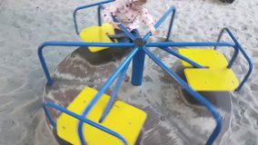 Милая счастливая маленькая девочка играя на веселом идет круг акции видеоматериалы