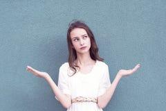 Милая темн-с волосами девушка повышая что-то стоковое фото rf