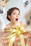 Милая удивленная девушка с подарками на день рождения стоковая фотография