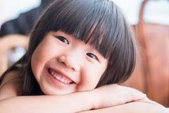 Милая улыбка девушки счастливо стоковые фото