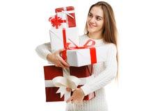 Милая усмехаясь маленькая девочка держа подарок рождества изолированный на белой предпосылке Принципиальная схема праздника стоковое изображение