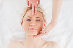 Милая blond-haired женщина получая массаж стоковые фотографии rf