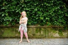 Милая preteen девушка осмотр достопримечательностей на улицах Вильнюса на теплый и солнечный летний день стоковые фото