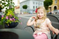 Милая preteen девушка осмотр достопримечательностей на улицах Вильнюса на теплый и солнечный летний день стоковые изображения