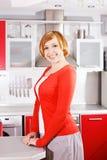 Милая red-haired домохозяйка дома стоковые изображения
