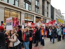 Миллион женщин поднимают марш и вновь собираются в центральном Лондоне стоковое фото rf
