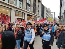 Миллион женщин поднимают марш и вновь собираются в центральном Лондоне стоковая фотография rf