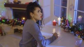 Милое брюнет пишет список целей на рождестве видеоматериал