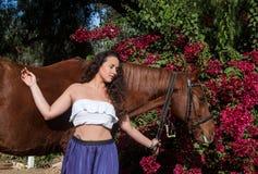Милое брюнет с лошадью Стоковая Фотография