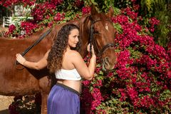 Милое брюнет с лошадью Стоковое Изображение RF