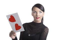 Милое брюнет с открыткой Валентайн смотрит вверх Стоковые Фотографии RF