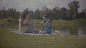 Милое будущее чтения женщины с карточками outdoors сток-видео