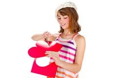 милое Валентайн сердца девушки вырезывания Стоковые Фотографии RF
