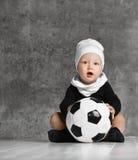 Милое изображение младенца держа футбольный мяч стоковая фотография rf