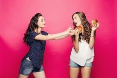 2 милое и голодные девушки хотеть большой гамбургер 2 стоковое изображение rf