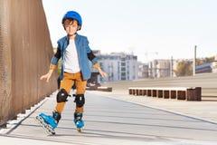 Милое катание мальчика на коньках ролика на rollerdrom Стоковые Фото
