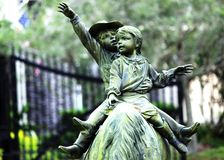 Милое катание статуи маленьких детей на лошади Стоковое Фото