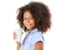 Милое курчавое Афро-американское питьевое молоко девушки Стоковые Фотографии RF