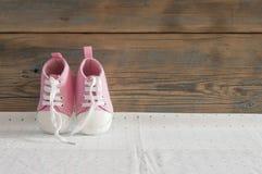 Милое малое размером с взгляд сверху ботинок холста на белой предпосылке с Стоковые Фото