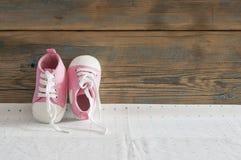 Милое малое размером с взгляд сверху ботинок холста на белой предпосылке с Стоковая Фотография RF