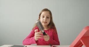 Милое Пре-предназначенное для подростков видео записи Vlogger ребенка онлайн для канала Vlog на социальные средства массовой инфо видеоматериал