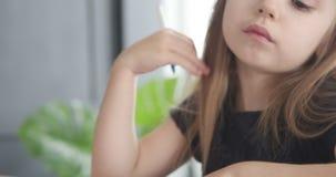 Милое сочинительство девушки с ручкой акции видеоматериалы