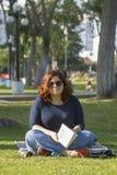 Милое чтение женщины в парке стоковая фотография rf