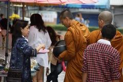 Милостыни буддийских монахов на улицах ` s Бангкока Стоковое Изображение RF