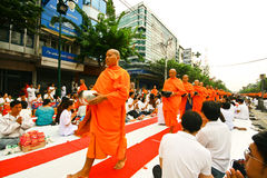 милостыни bangkok давая массу Стоковые Фото