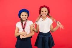 Мило и стильно Маленькие ребята нося стильные французские береты Французские девушки стиля Милые девушки имея такой же стиль прич стоковые изображения rf