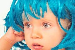 Мило и стильно Небольшой ребенк в причудливом стиле причесок парика Волосы парика небольшой носки ребенка голубые Прелестный мале стоковые фотографии rf