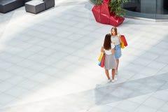 Милые девушки в торговом центре Стоковые Фото
