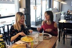 Милые девушки есть в ресторане кафа Стоковые Фотографии RF