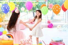 Милые девушки играя совместно на вечеринке по случаю дня рождения Стоковые Изображения
